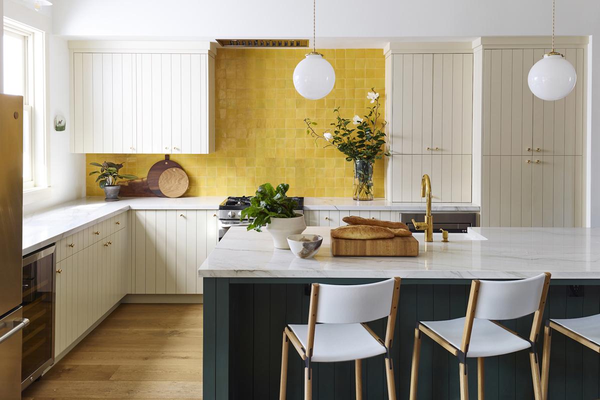 une cuisine de cottage avec dosseret jaune vif | chambre de la semaine sur coco kelley