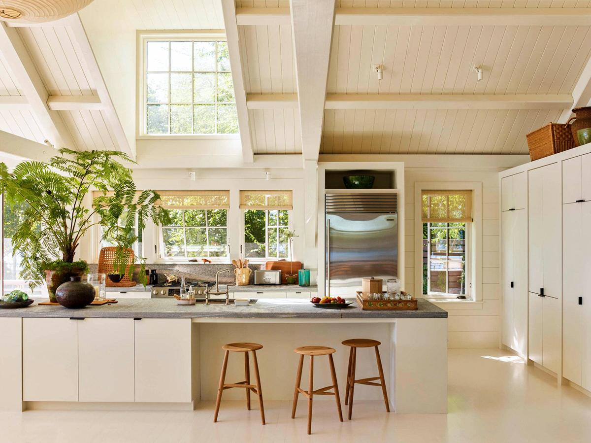 cuisine ouverte moderne, blanche et crème, mezzanine | balade en bord de mer à la maison sur coco kelley
