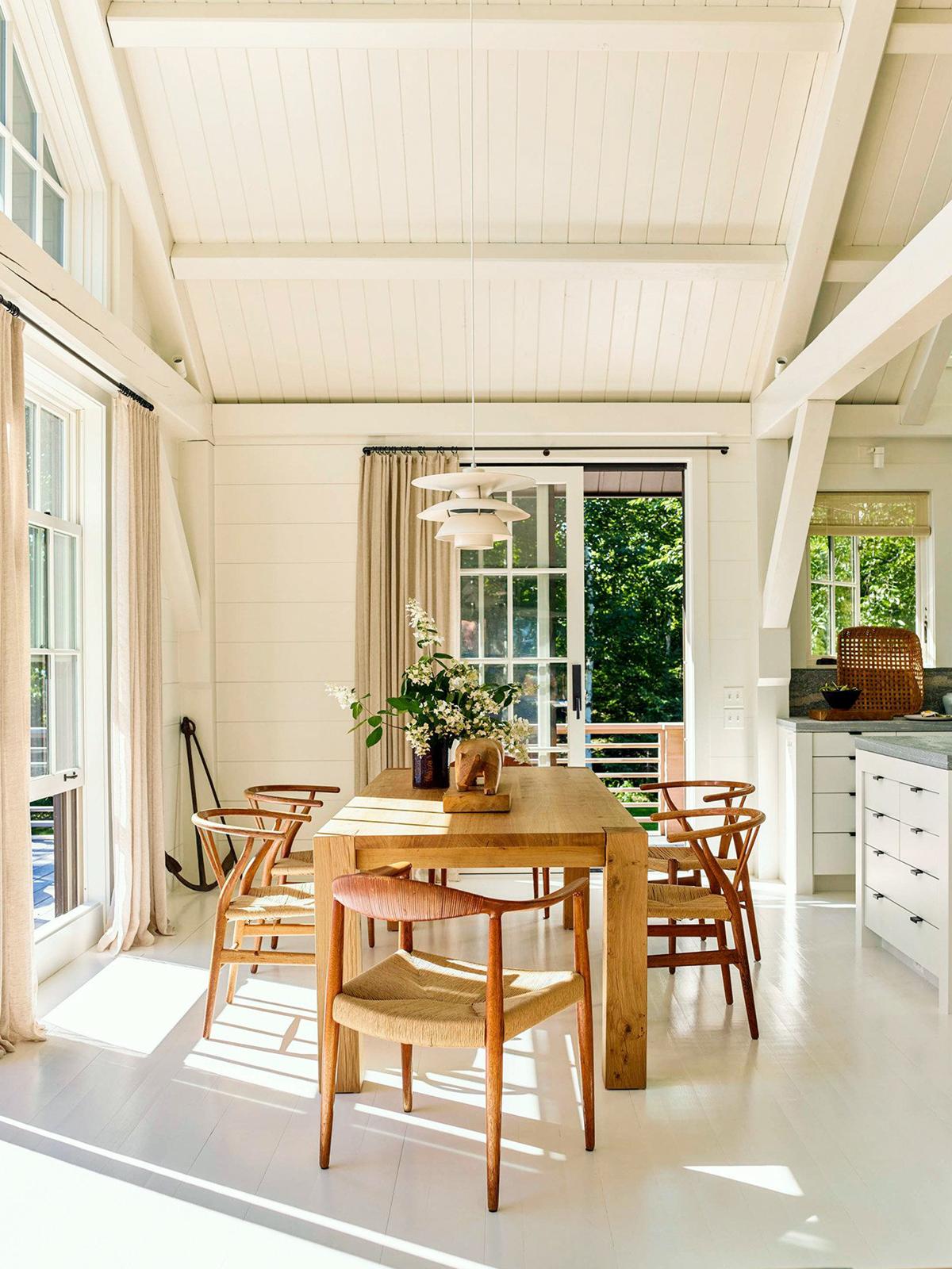 bois organique et murs crémeux dans une salle à manger simple | balade en bord de mer à la maison sur coco kelley