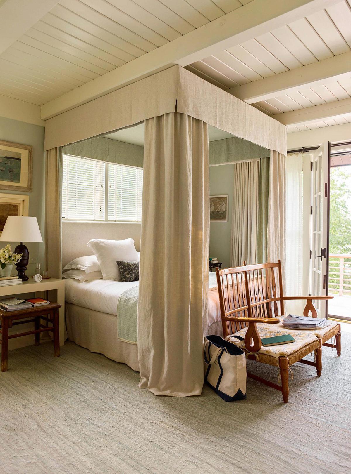 lit de luxe lambrissé de tissu posté quatre dans cette maison de vacances chalet maine | design by gil schafer sur coco kelley