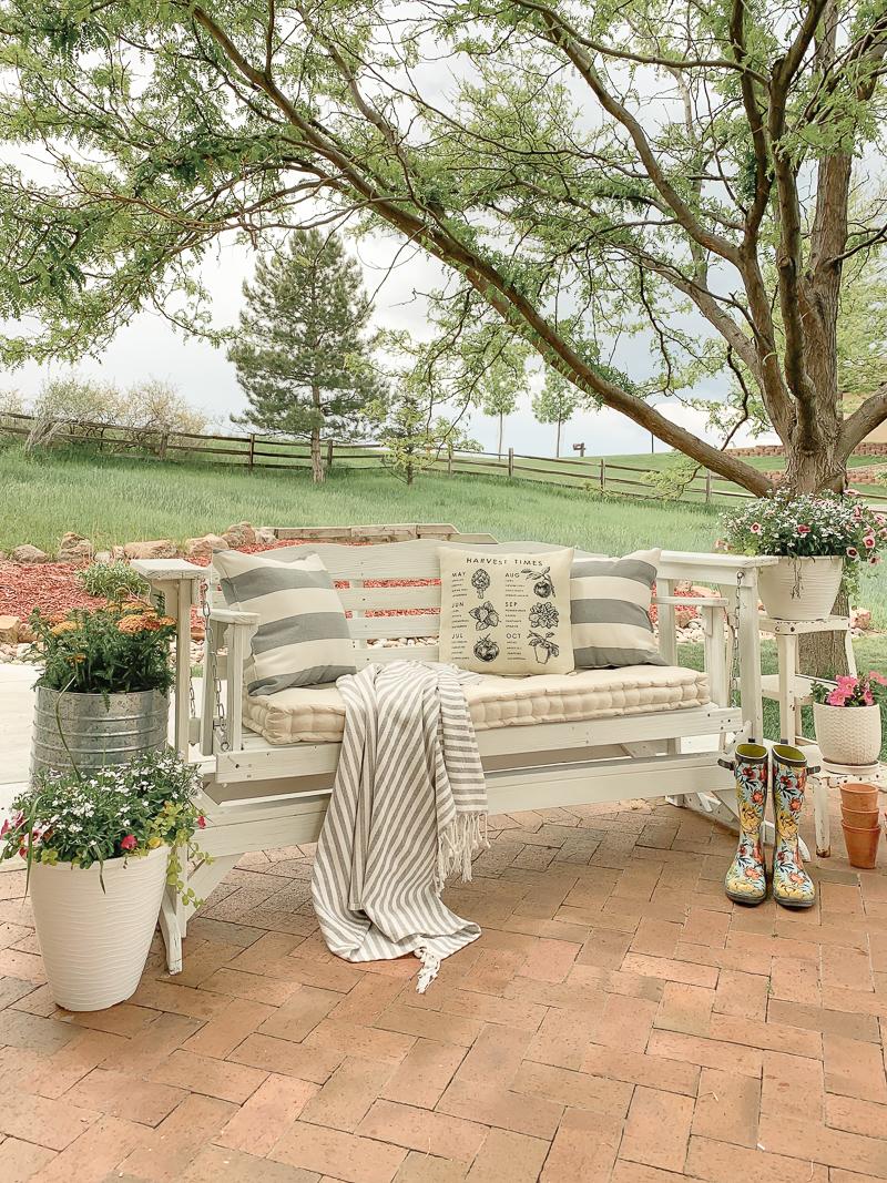 Relooking swing en plein air avec de la peinture à la craie. Projet de décor estival facile et rapide.