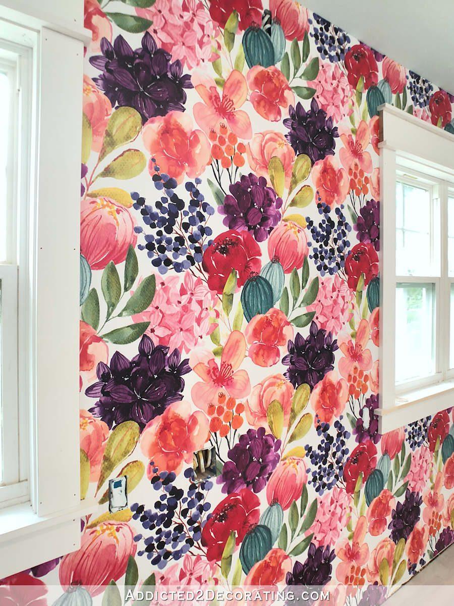 Papier peint floral aquarelle lumineux et audacieux de Spoonflower sur le mur principal du studio - gros plan