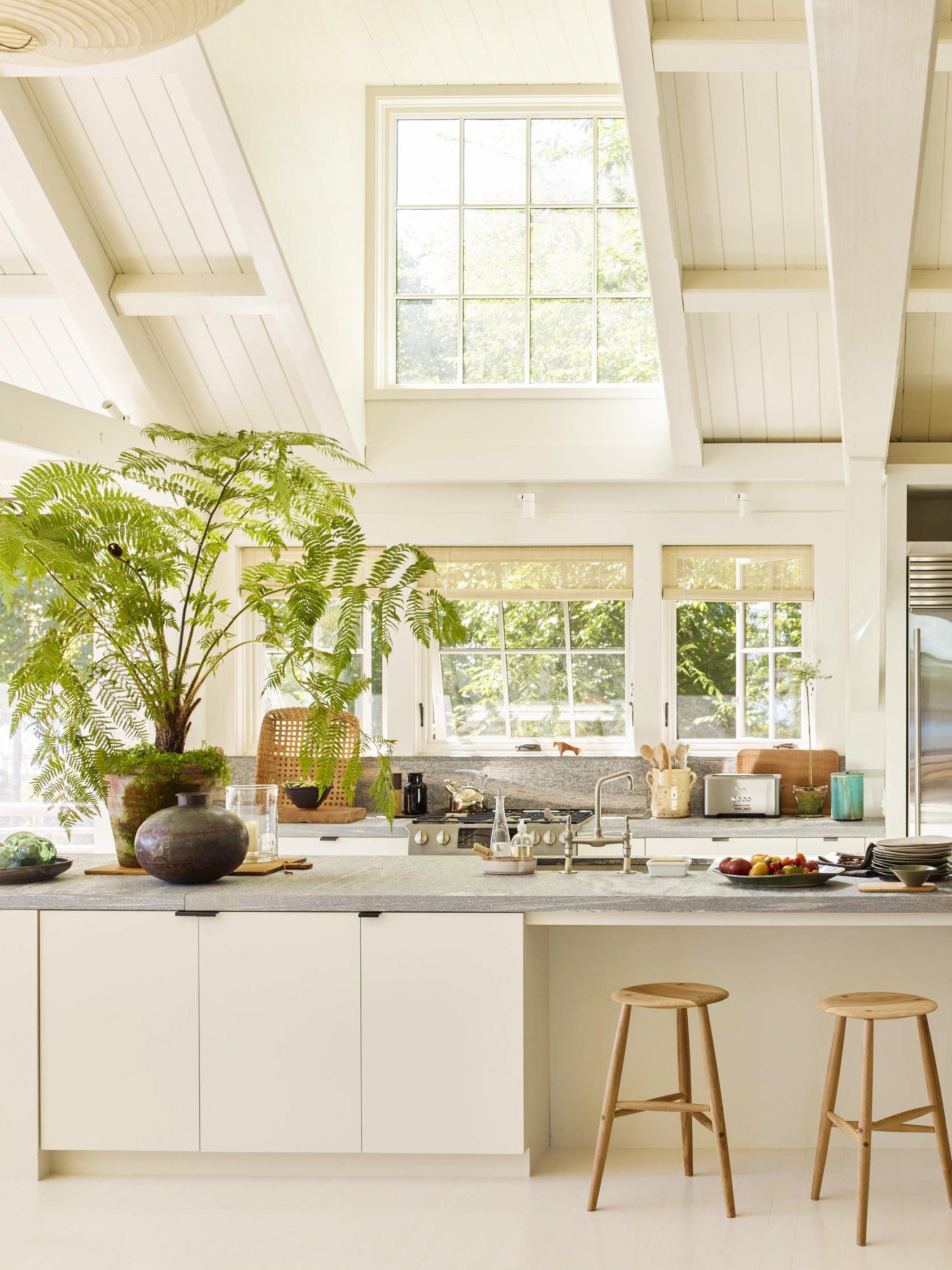 cuisine de cottage moderne baignée de lumière en blanc crème | visite de maison de style cottage maine sur coco kelley