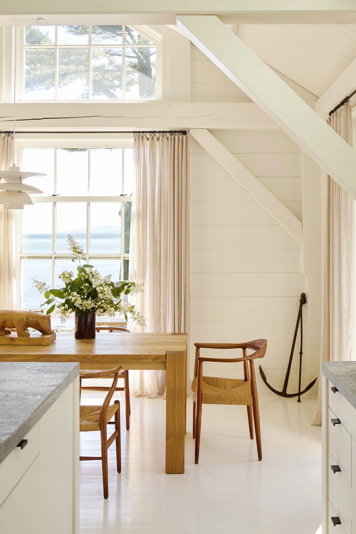 salle à manger lumineuse avec style simple en bois organique | bord de mer maine maison chalet tour sur coco kelley