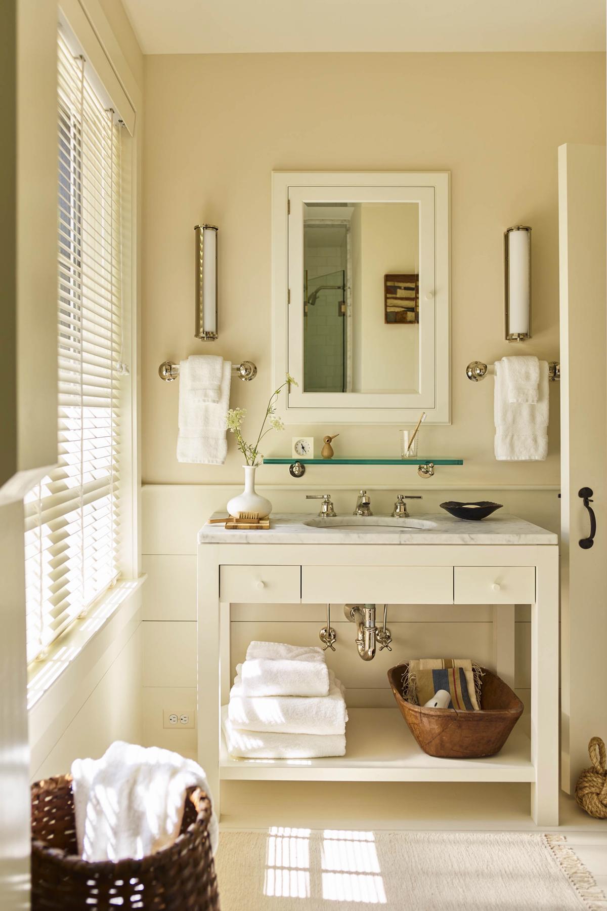 une salle de bain classique dans cette visite de maison de bord de mer | Coco Kelley