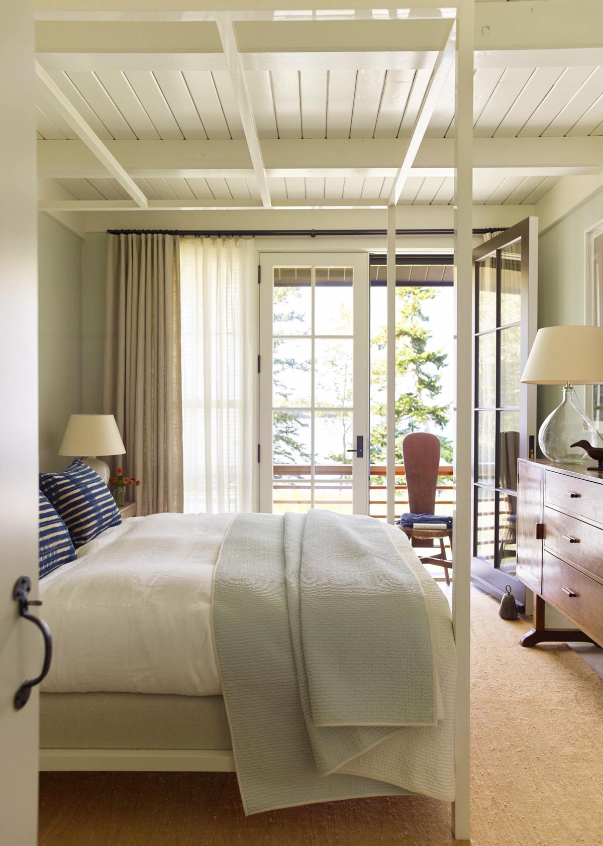chambre chalet classique dans cette maison de bord de mer | tournée sur coco kelley
