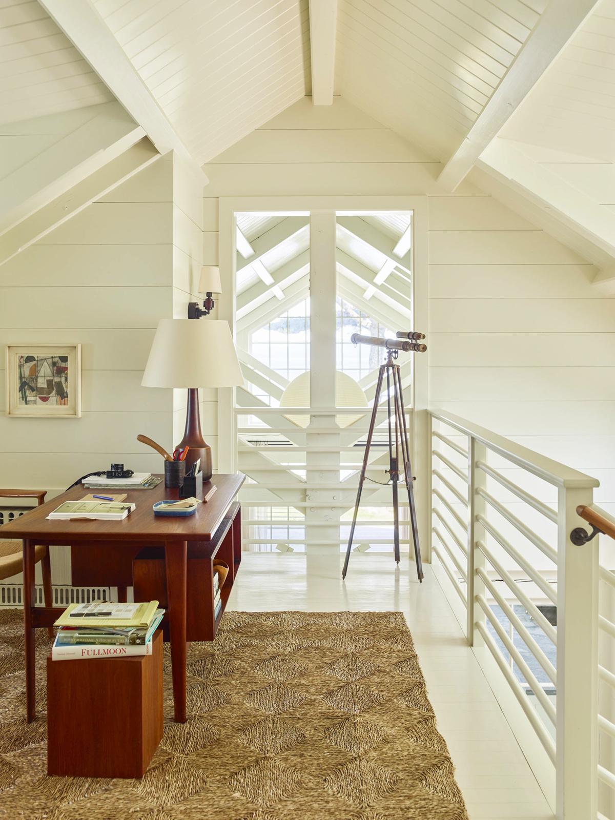 un bureau ouvert dans une maison de style cottage en bord de mer | design by gil schafer sur coco kelley