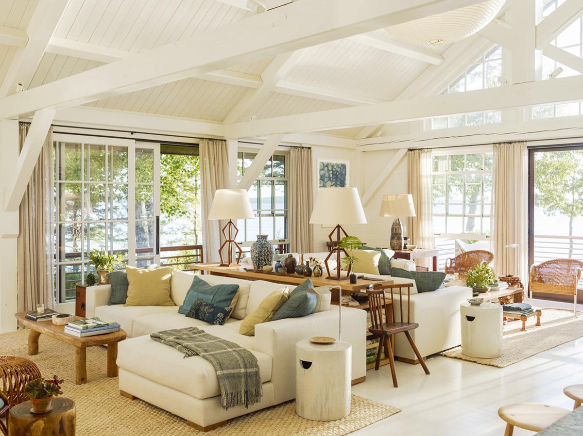espace de vie ouvert dans cette maison de style chalet en bord de mer | design by gil schafer sur coco kelley