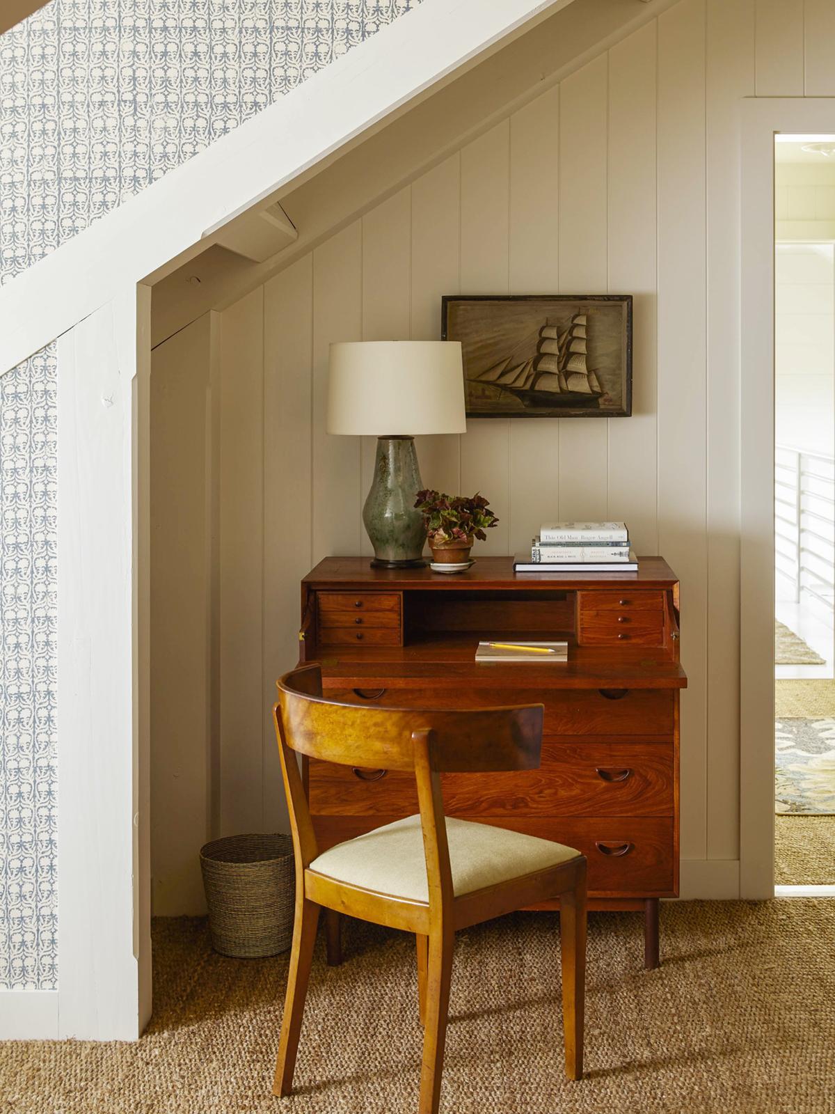 bureau antique dans un coin de grenier | balade en bord de mer à la maison sur coco kelley