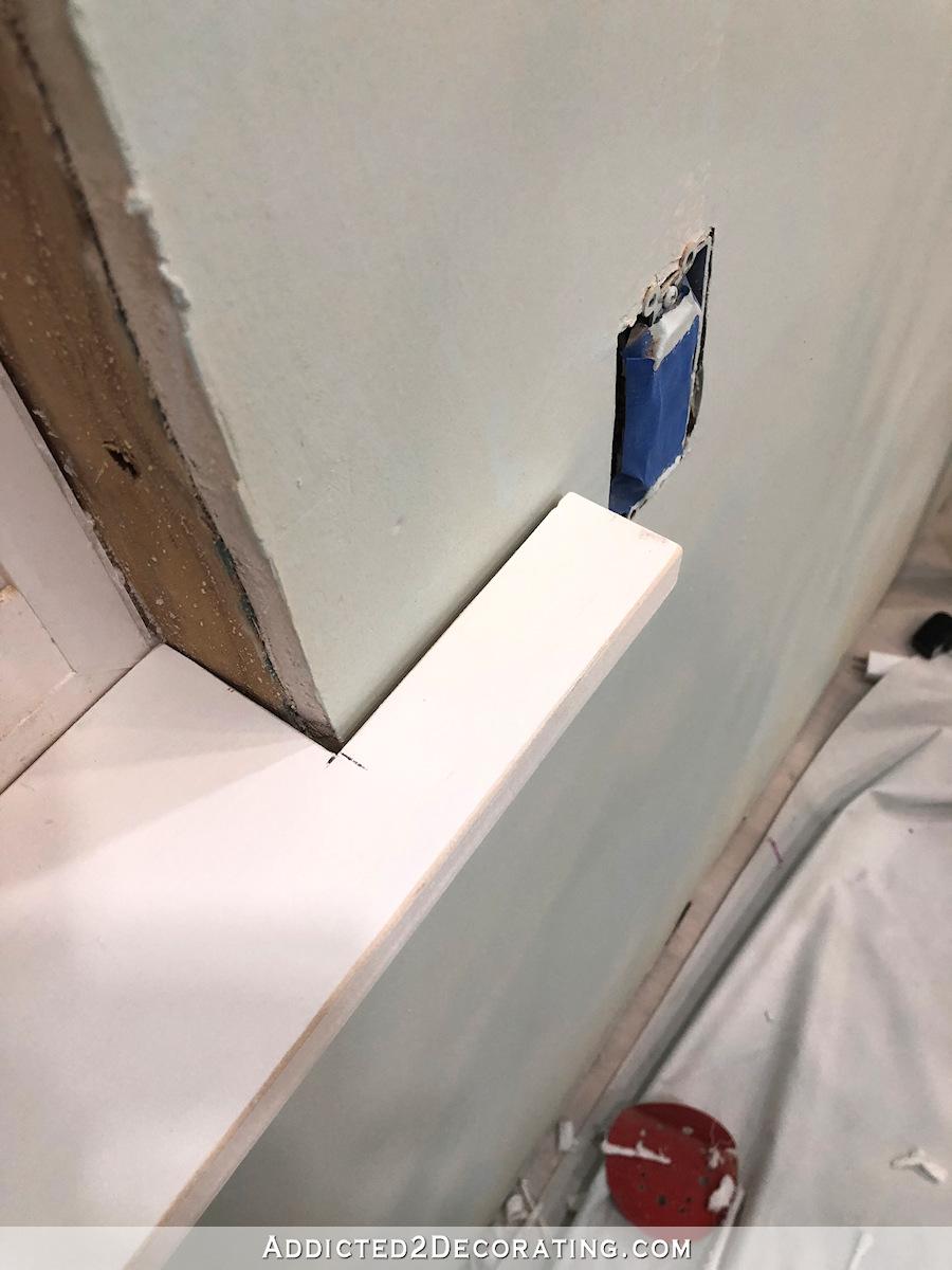 Les extrémités de l'appui de la fenêtre doivent chevaucher le mur