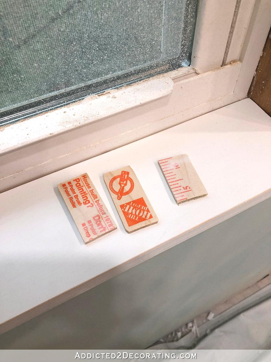 Contour de fenêtre à poser - utilisez des cales pour aplanir le rebord de la fenêtre