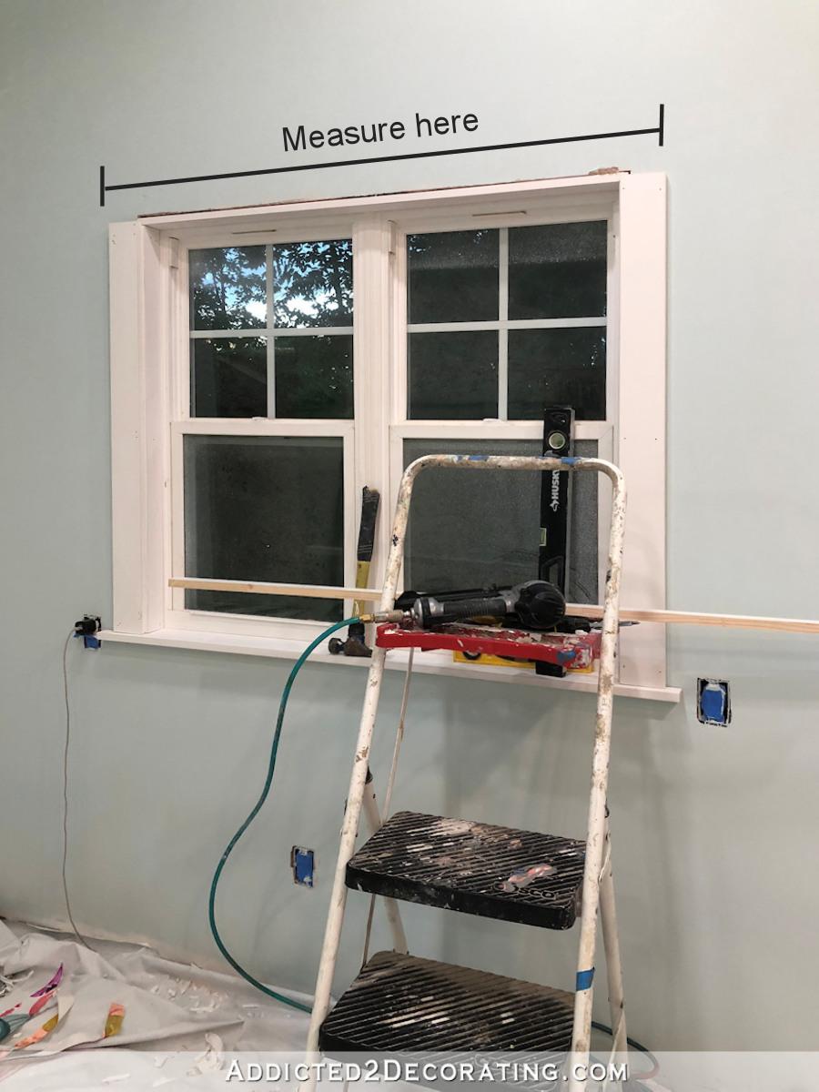 Mesurer la largeur des encadrements de fenêtre latérale pour découper des pièces pour l'enveloppe décorative supérieure