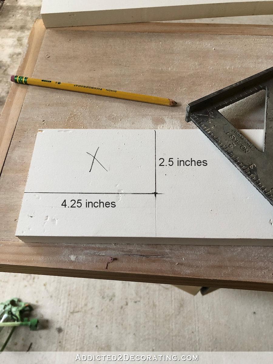 Utilisez une scie sauteuse pour couper les entailles dans le rebord de la fenêtre (selles)