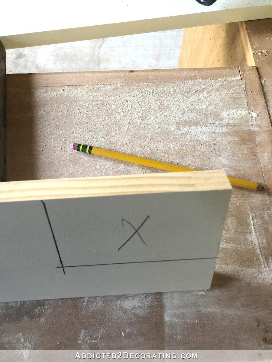 Utilisez une scie sauteuse pour couper les entailles dans le bois à utiliser pour le rebord de la fenêtre