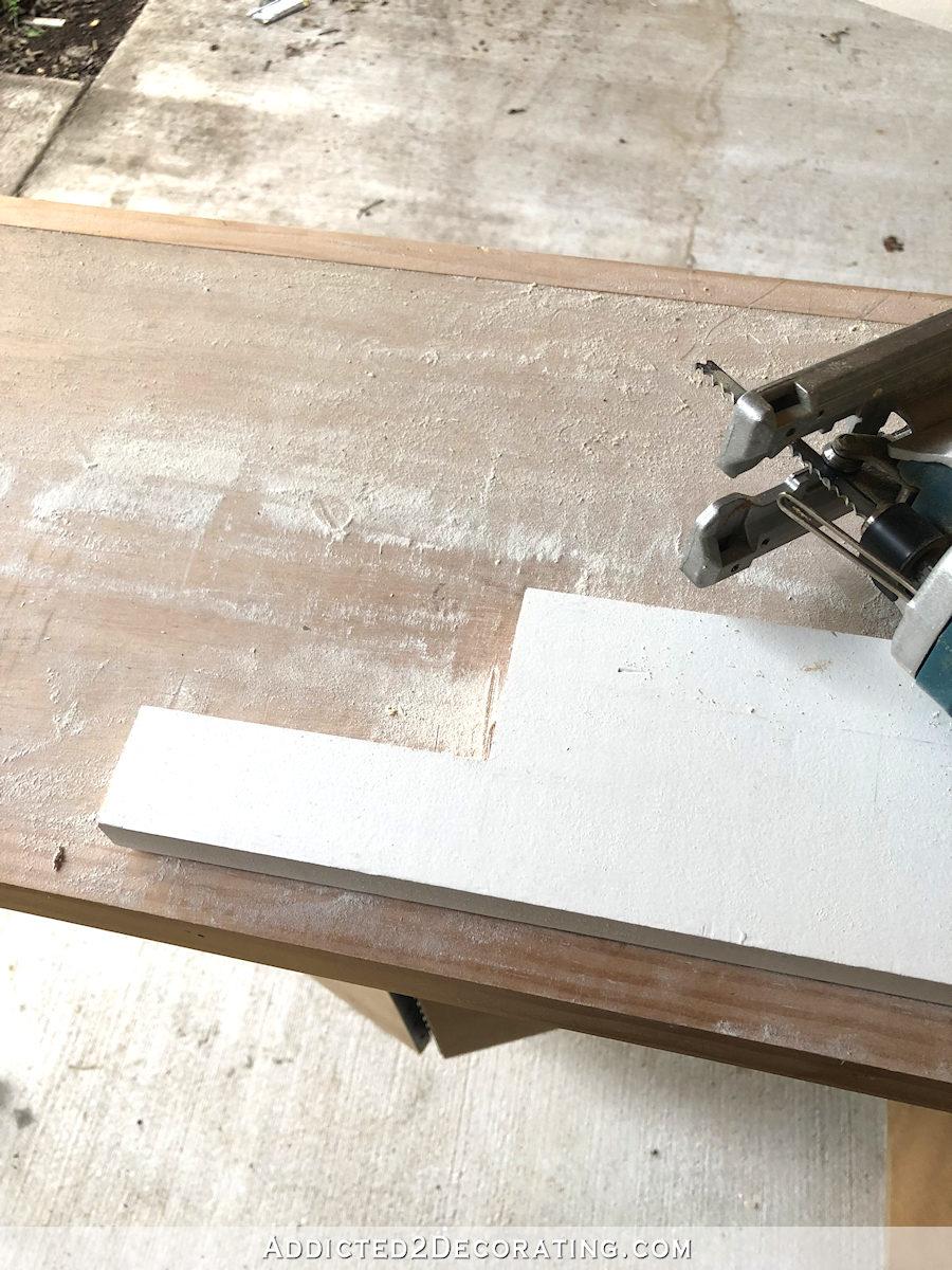 Utilisez une scie sauteuse pour couper les entailles dans le rebord de la fenêtre