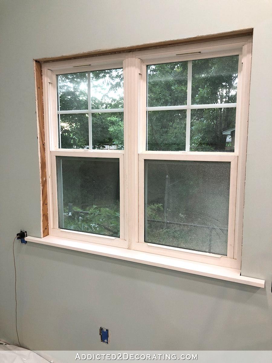 Niveler et attacher le rebord de la fenêtre (tabouret)