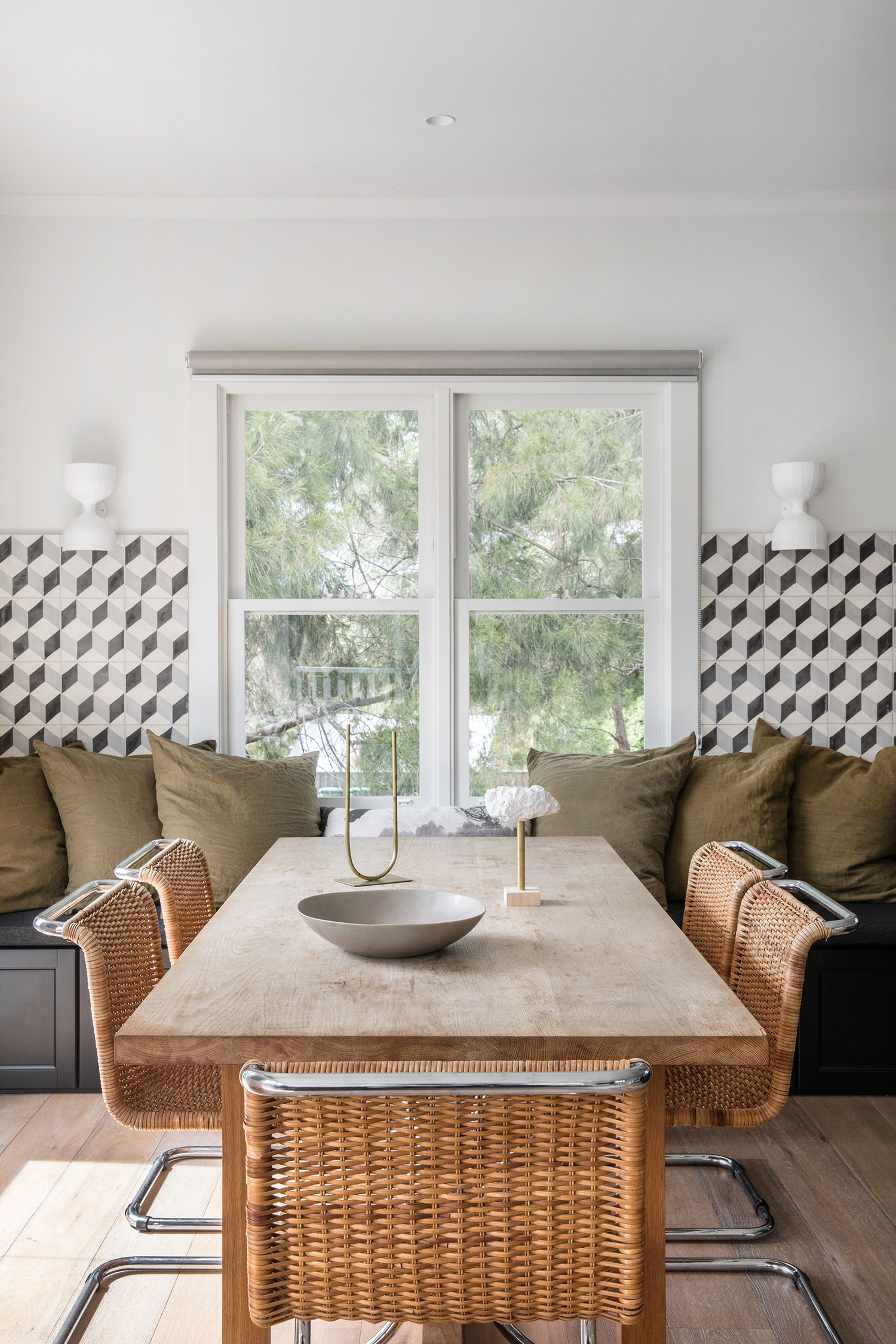 carrelage noir et blanc et chaises vertes en osier dans les coins-repas vert armée | visite de la maison sur coco kelley