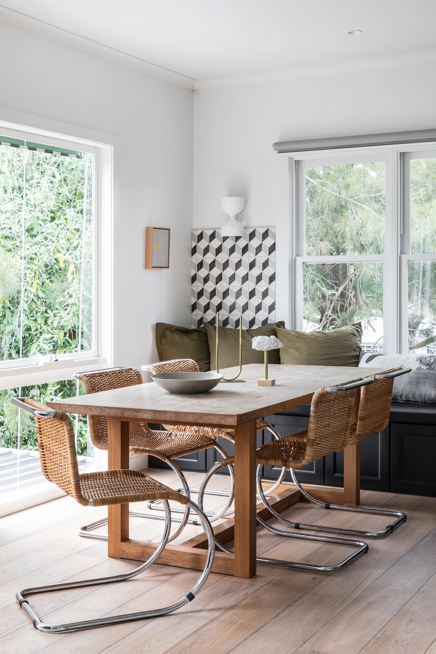 carrelage noir et blanc s'étend dans le coin de la salle à manger | visite de la maison sur coco kelley