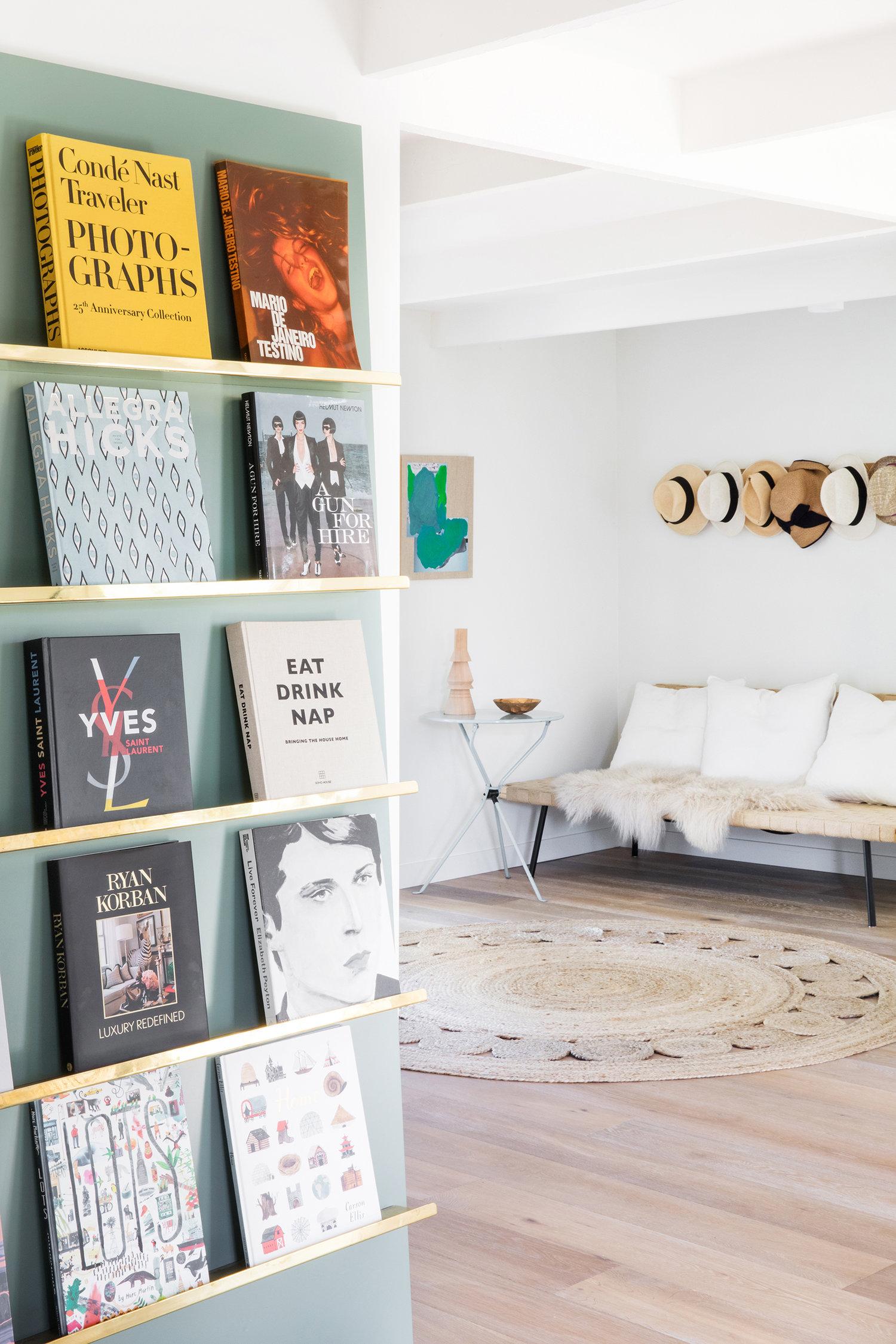 présentoir de livres et chapeaux suspendus | Coco Kelley