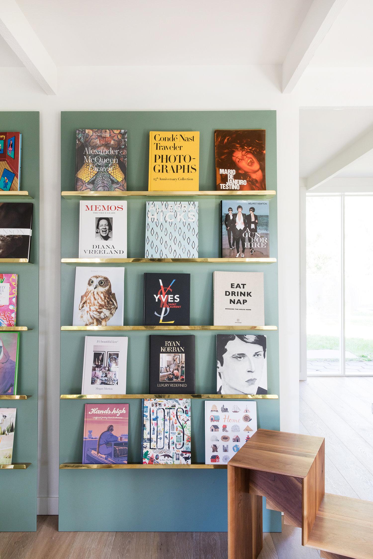 étagère de livre cool avec laiton et vert | Coco Kelley