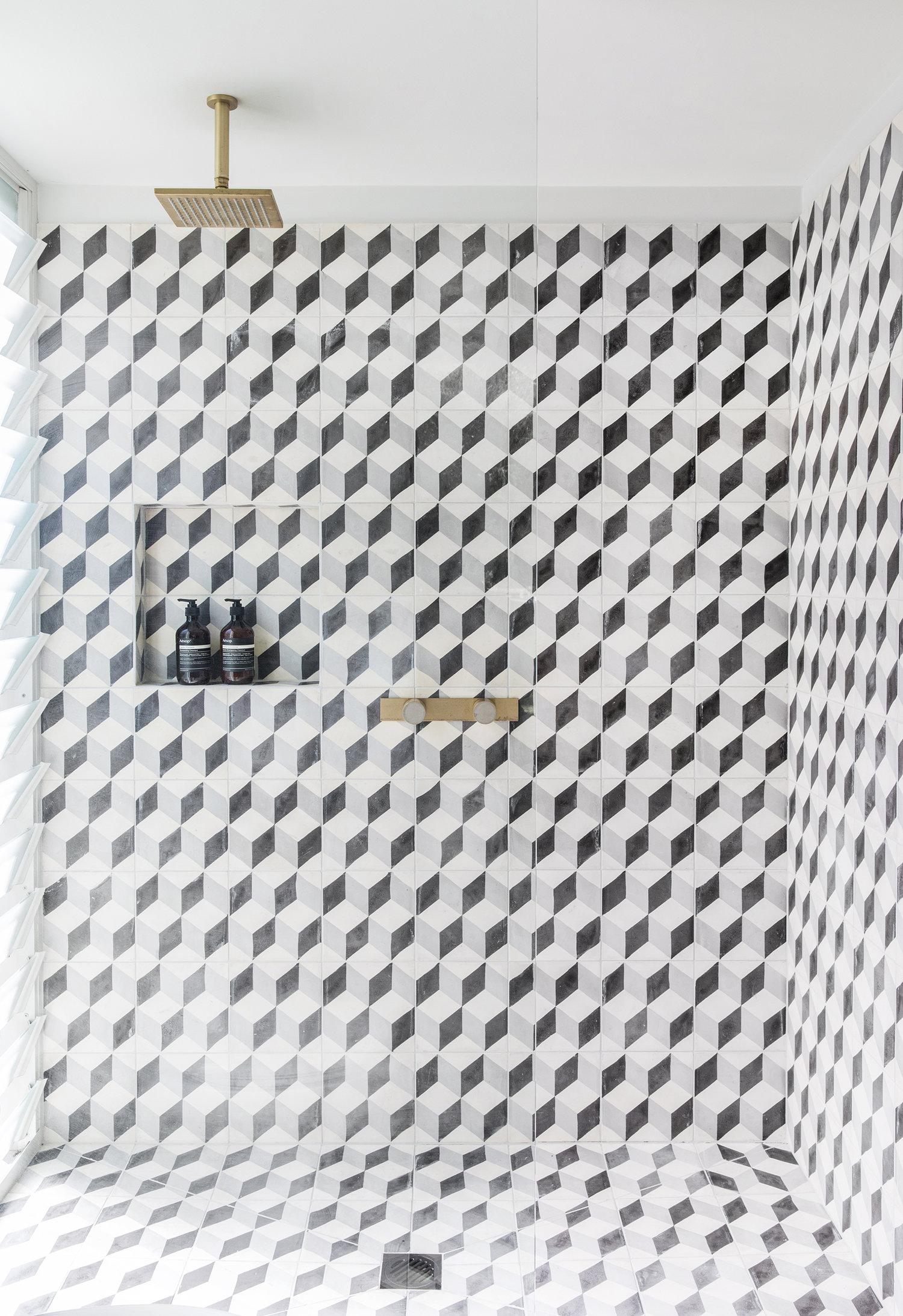 douche graphique noir et blanc avec matériel en laiton | Coco Kelley