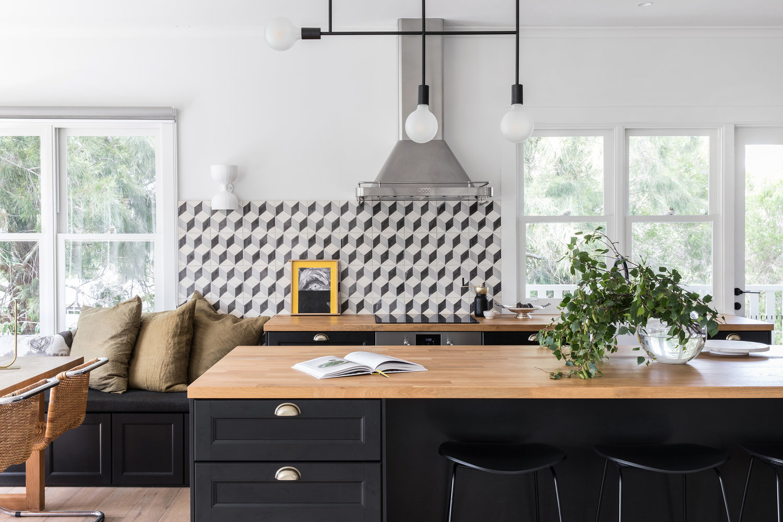 dosseret de carreaux graphiques noir et blanc dans une cuisine moderne | visite de la maison sur coco kelley