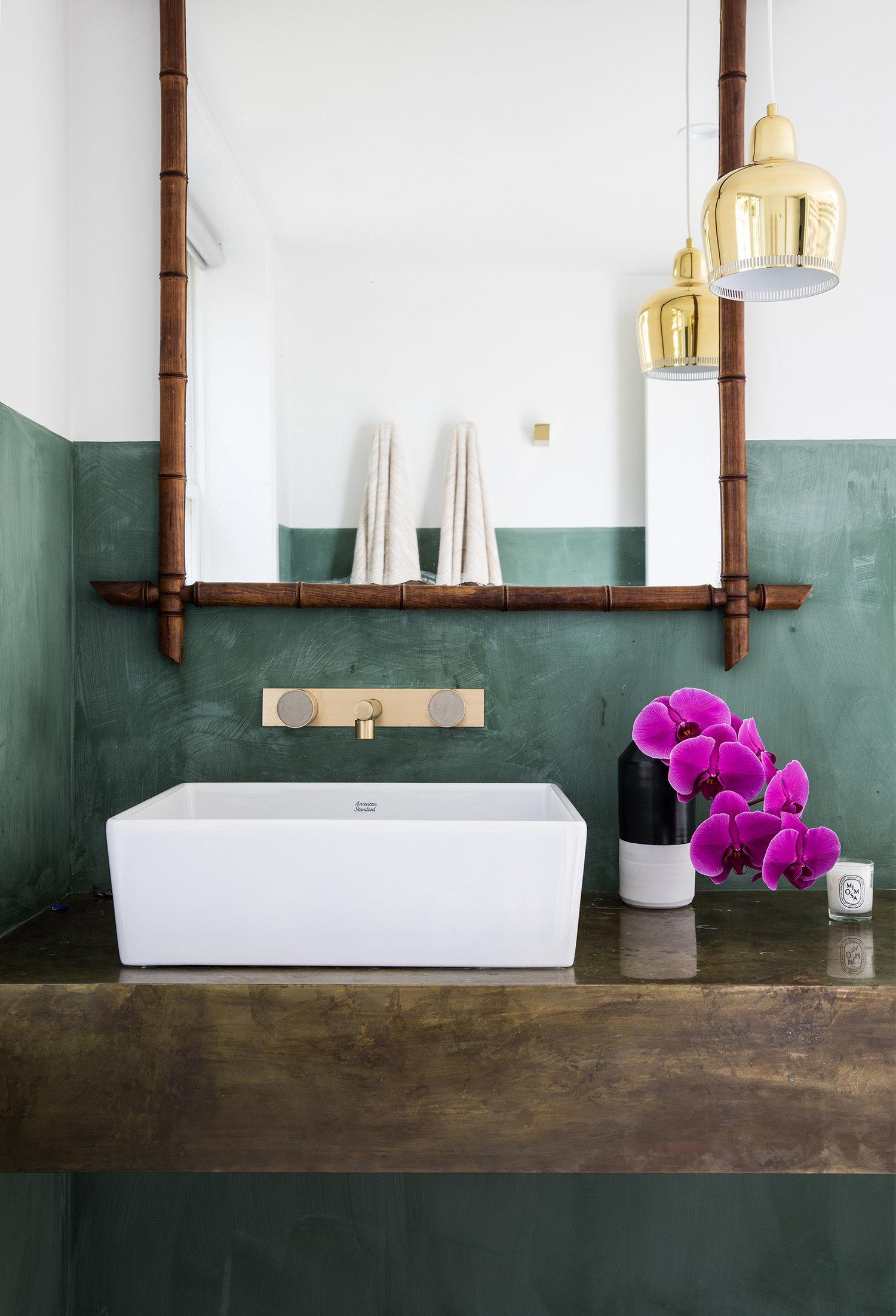 demi-mur vert et un mélange de moderne et rustique dans ce bain | visite de la maison sur coco kelley
