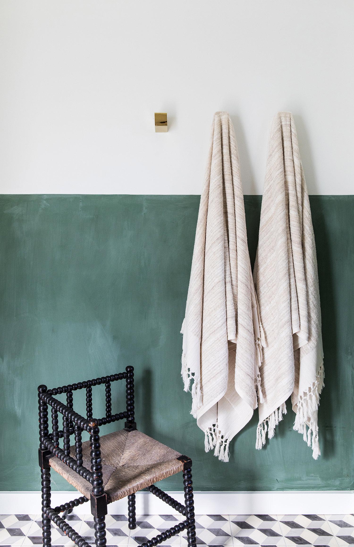 peinture verte demi-mur dans la salle de bain avec carrelage noir et blanc | Coco Kelley