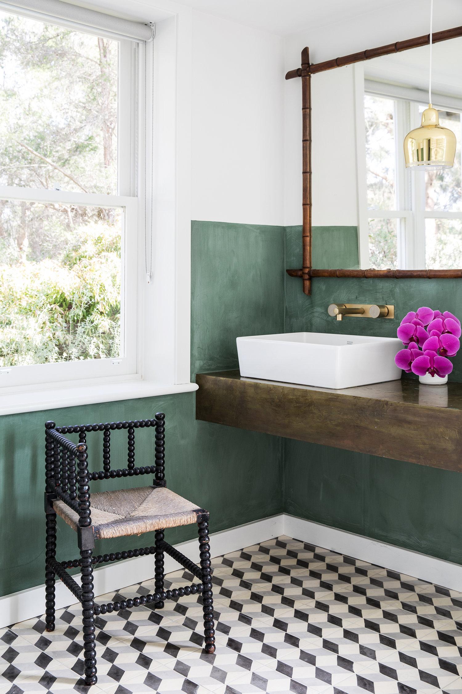 murs verts et carreaux graphiques noir et blanc dans le bain | Coco Kelley