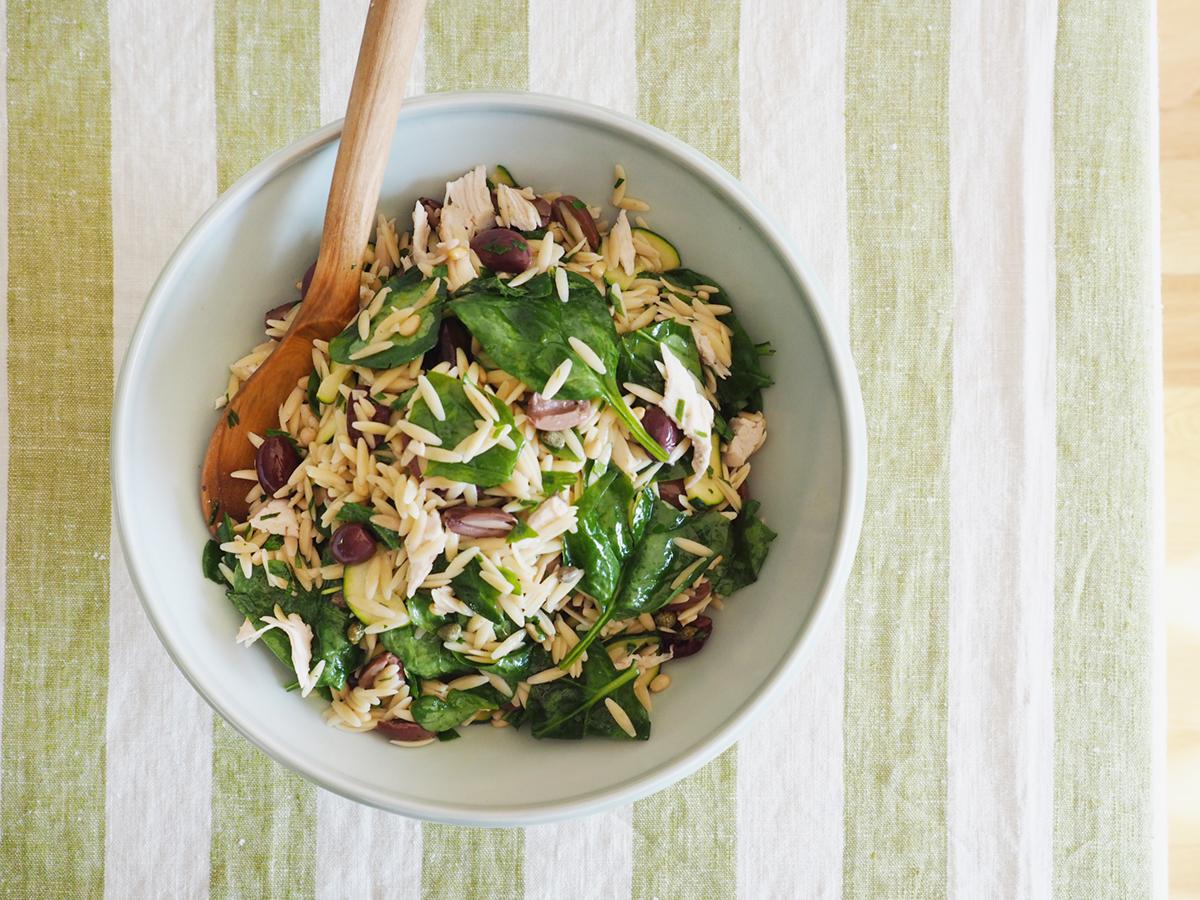 recette de salade de poulet grillé et orzo aux olives aux épinards et aux pignons | Coco Kelley