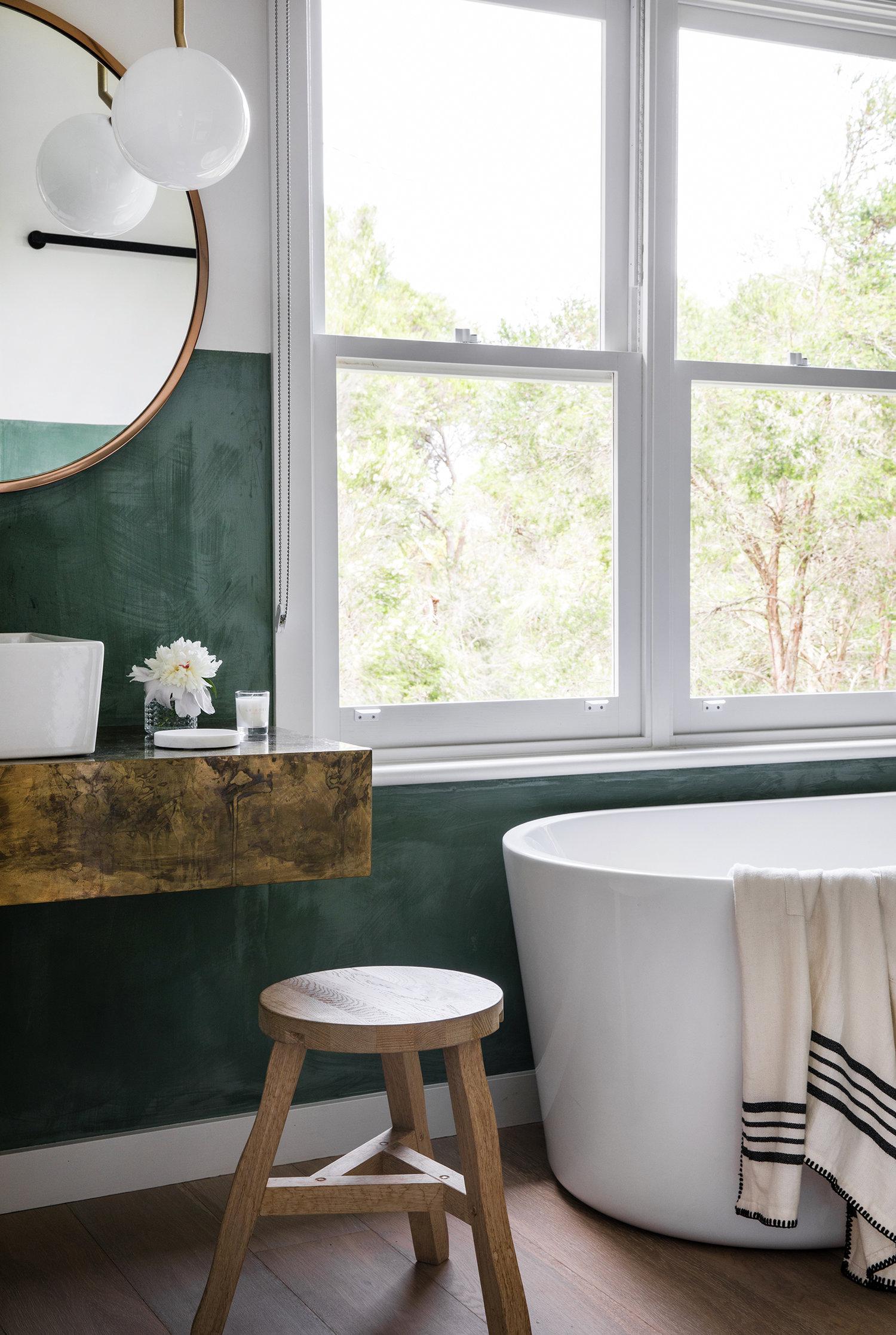 demi-mur peint en vert et salle de bain moderne avec du bois rustique | visite de la maison sur coco kelley