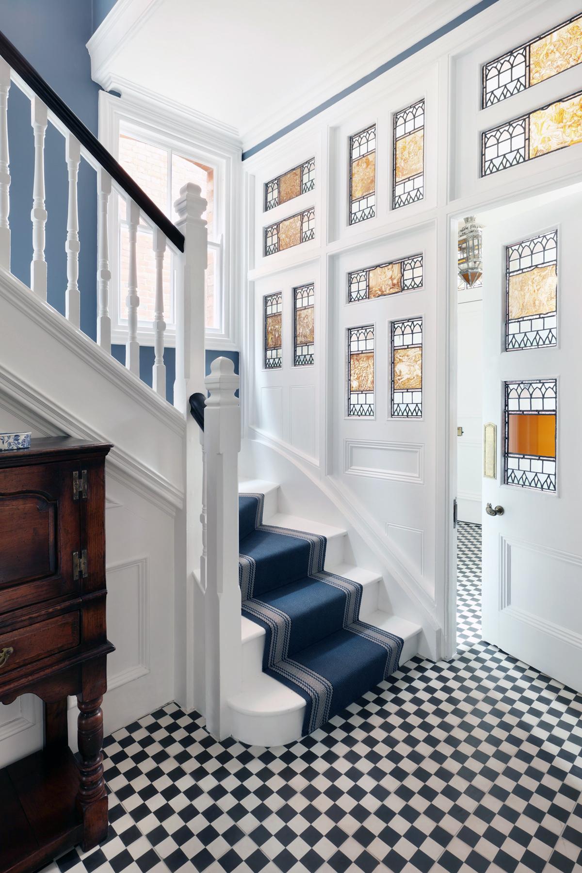 hall avec sols en arlequin et vitraux intérieurs intérieurs HAM