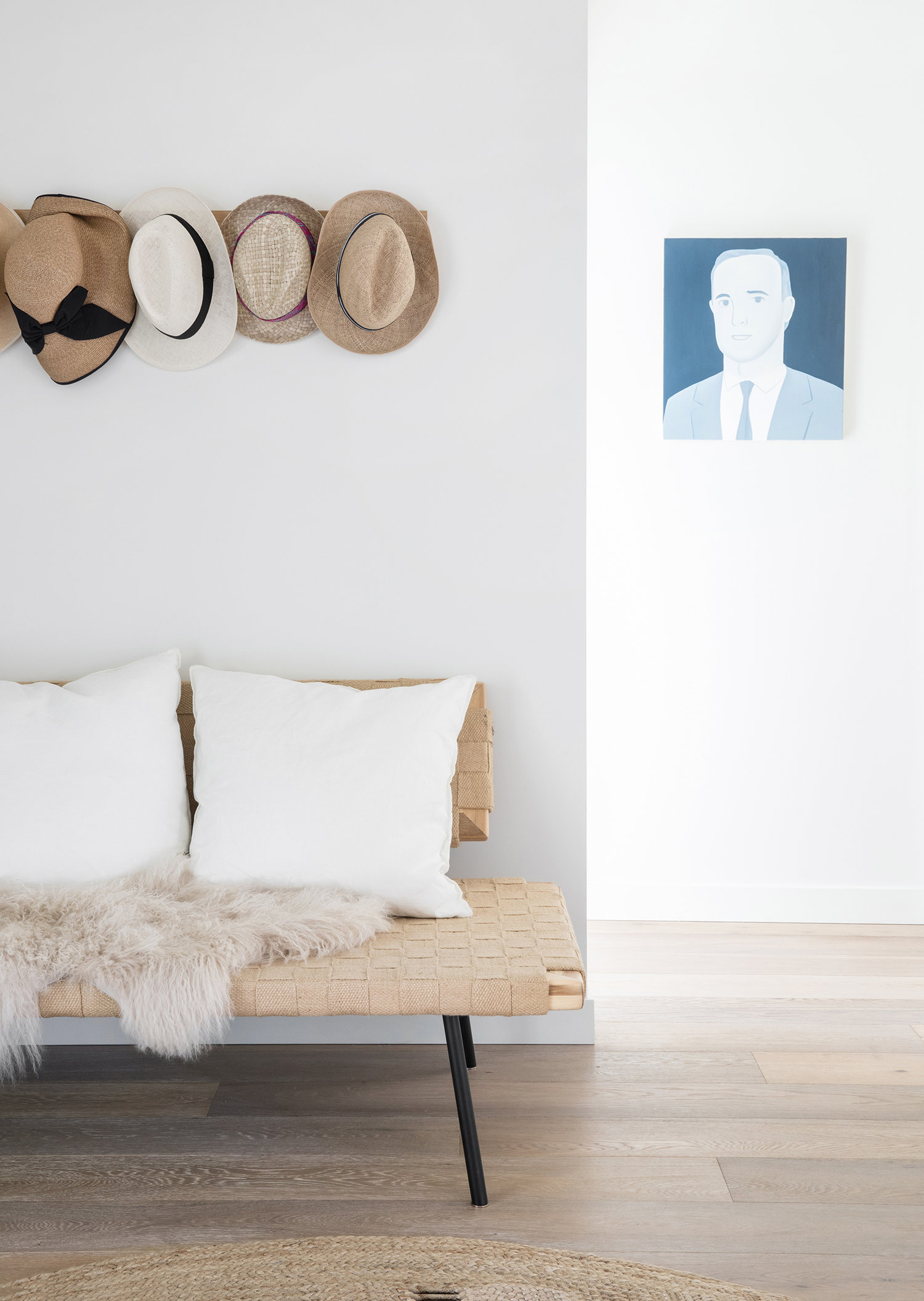 chapeaux suspendus comme art | Coco Kelley