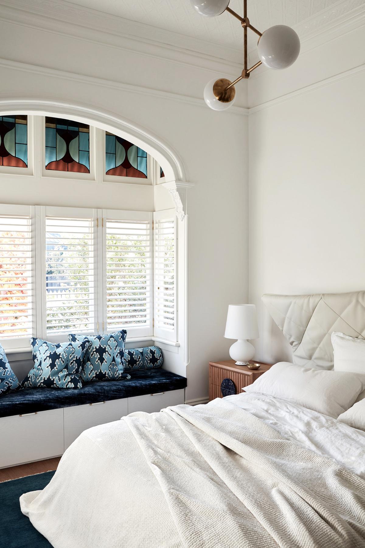 chambre moderne éclectique avec fenêtre et vitrail