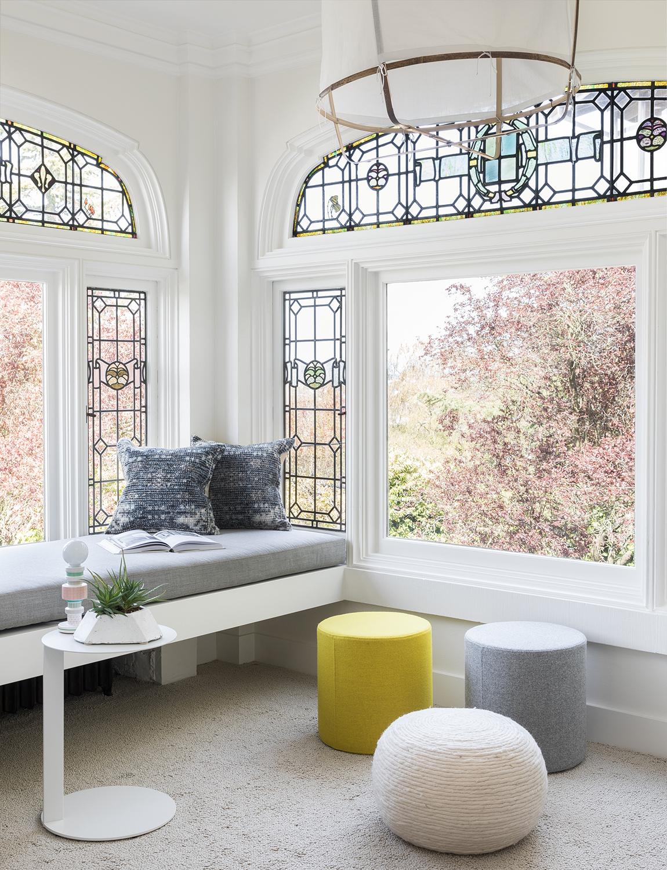siège de fenêtre moderne avec vitraux NB Design Group