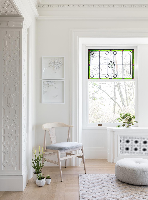 mobilier moderne neutre et vitraux