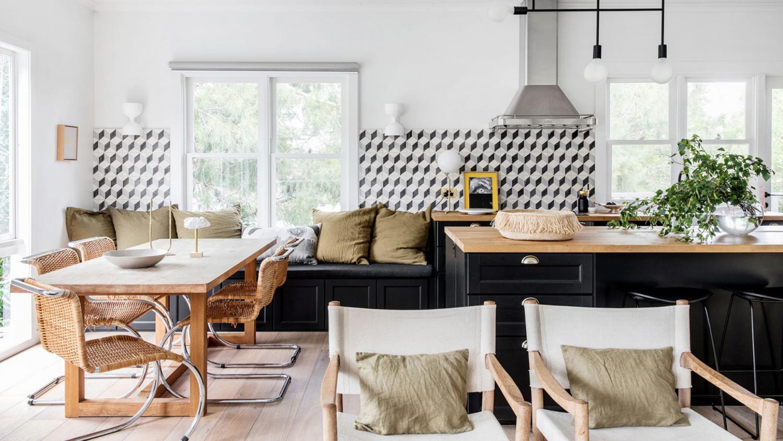vert olive et graphique noir et blanc dans cette cuisine et salle à manger | visite de la maison sur coco kelley