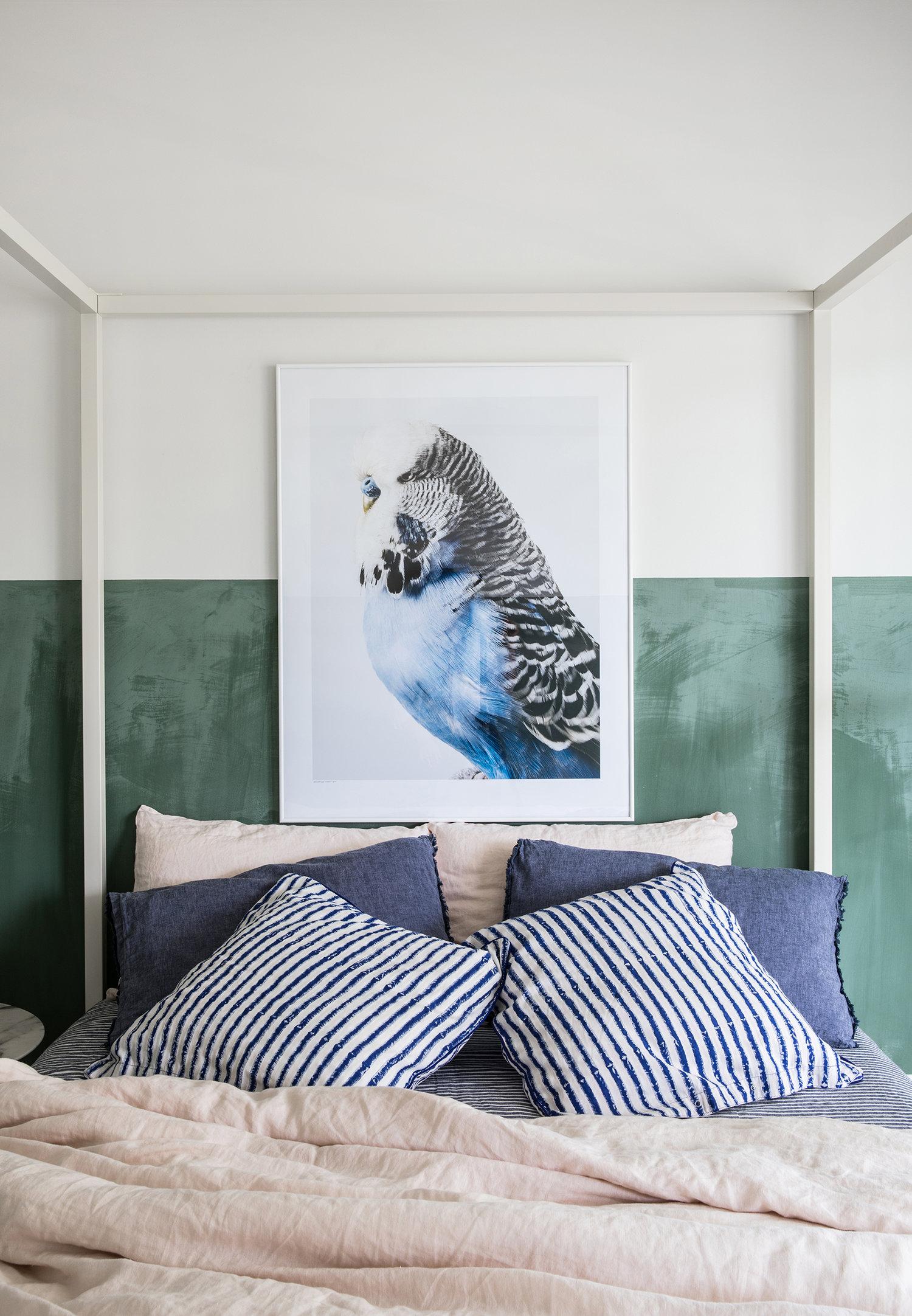 literie de lin art surdimensionné mur vert dans la chambre | visite de la maison sur coco kelley