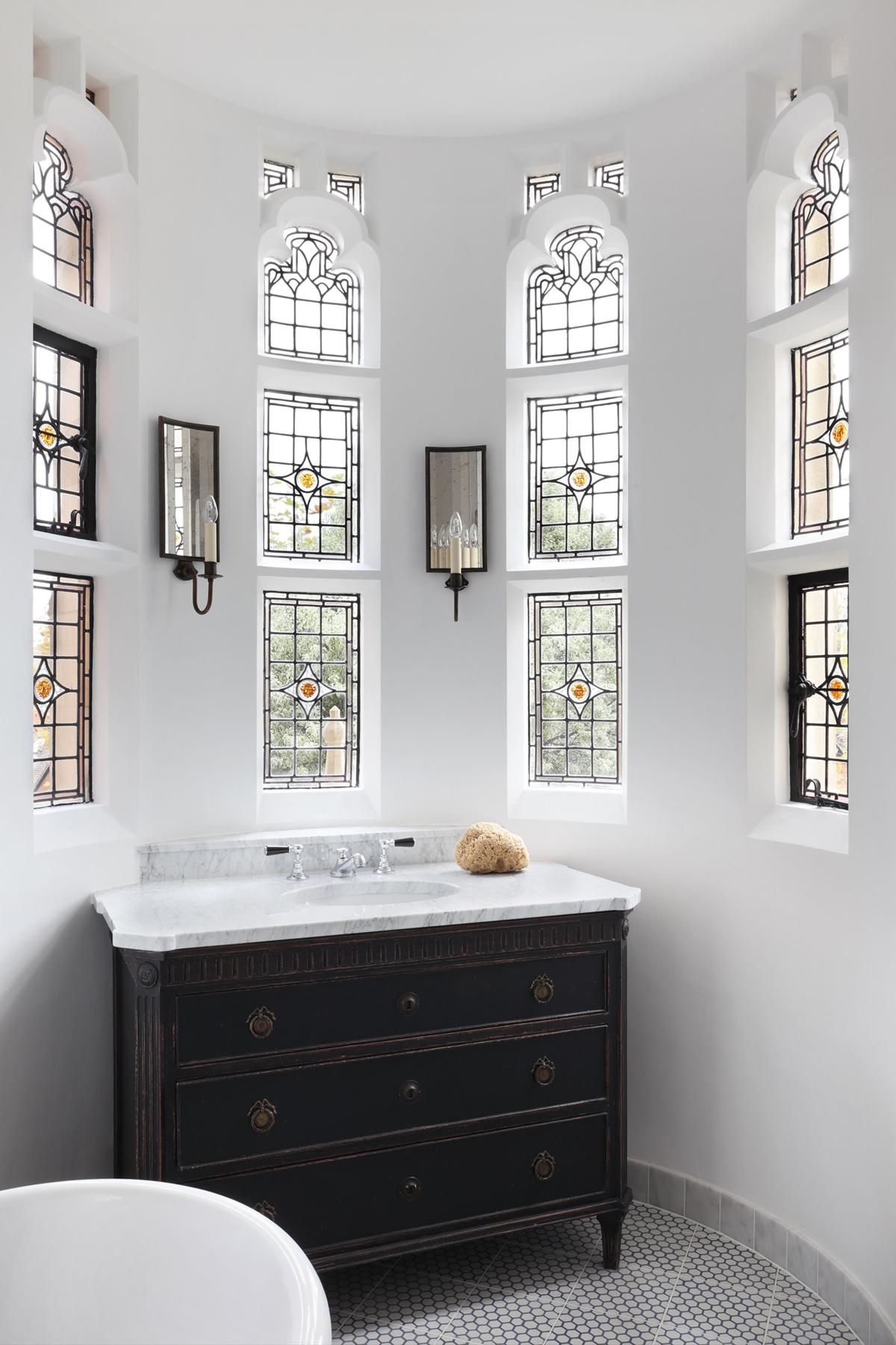 salle de bains de maison de ville avec de magnifiques vitraux par HAM intérieurs