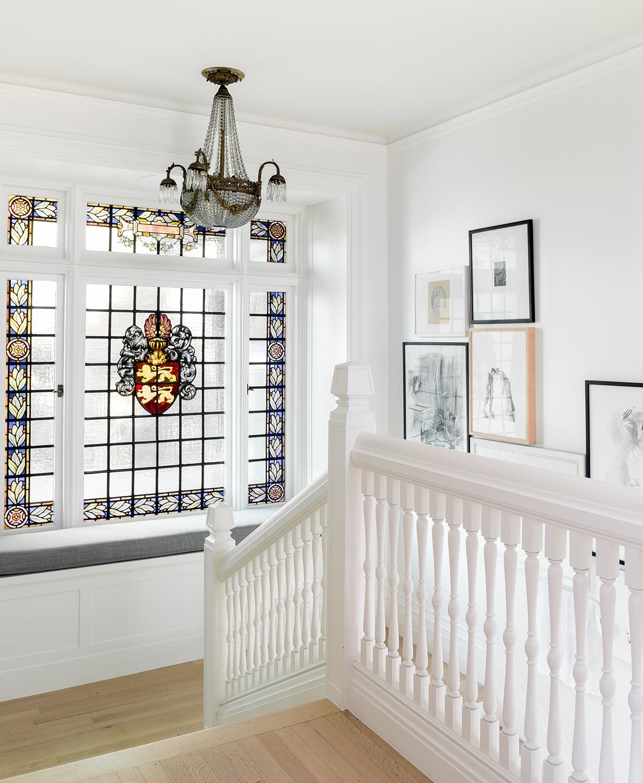 cage d'escalier traditionnelle avec l'art moderne