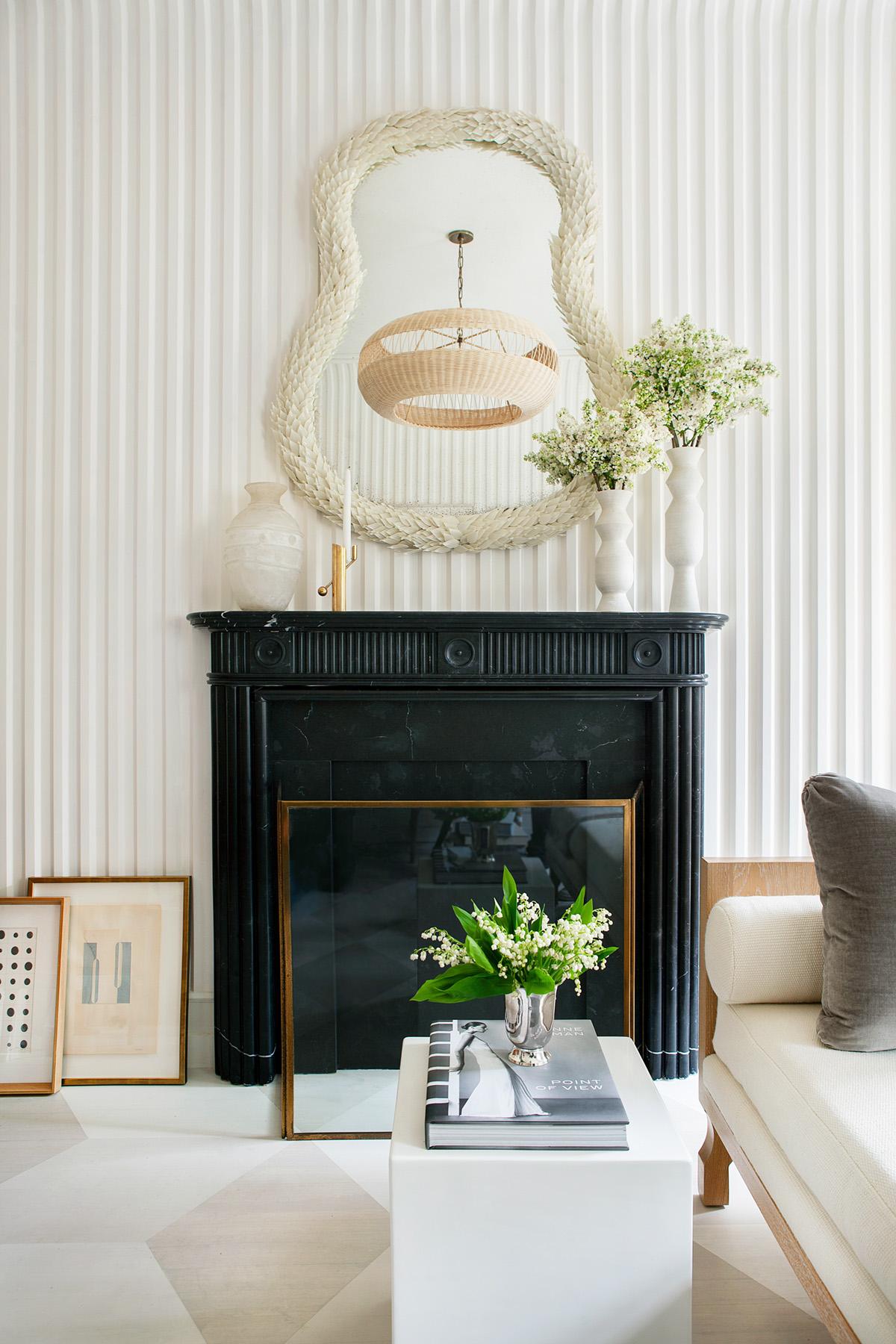 sarah bartholomew Murs cannelés en plâtre et une cheminée noire classique dans un salon