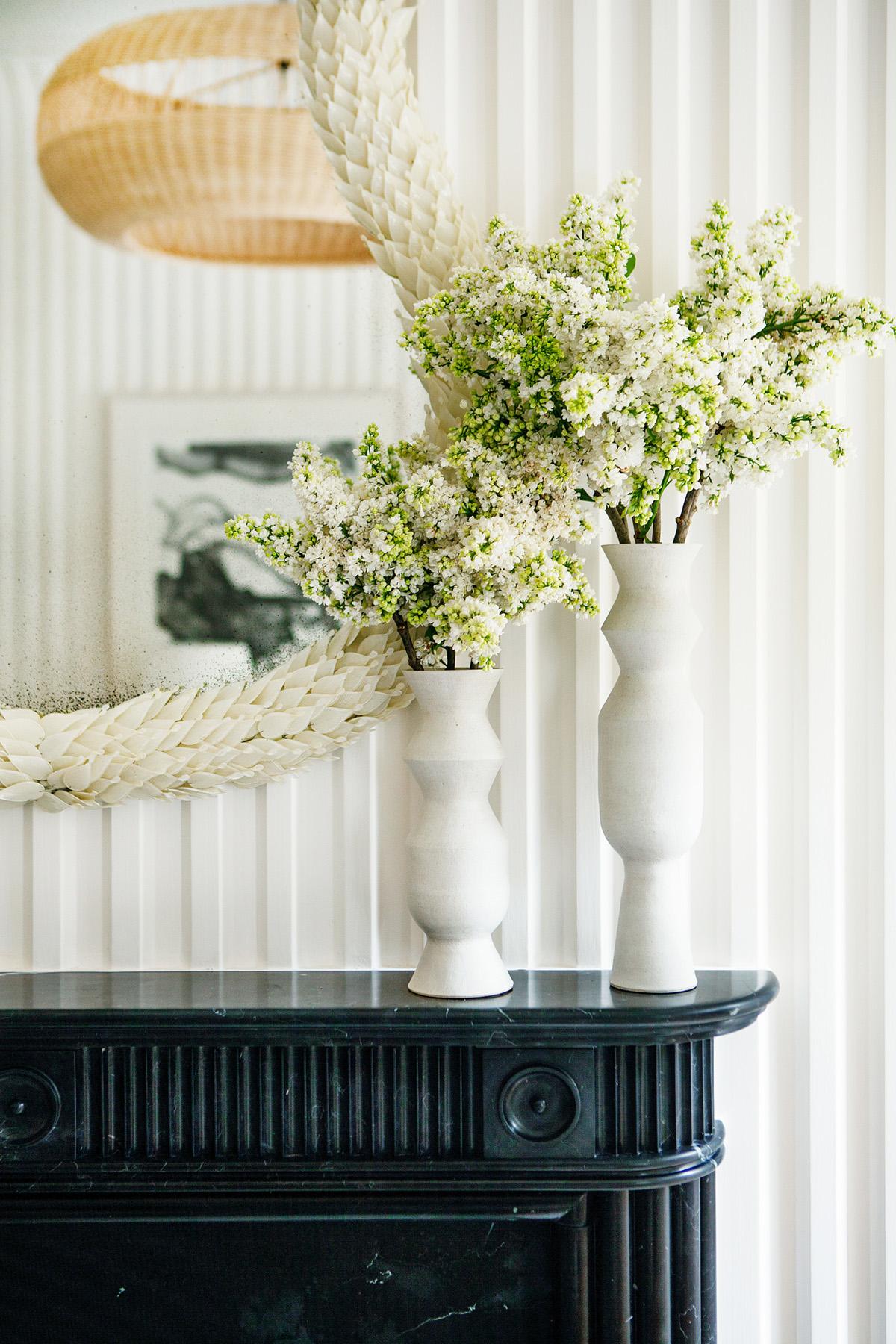 murs de plâtre cannelés et manteau de cheminée classique en noir | Sara bartholomew