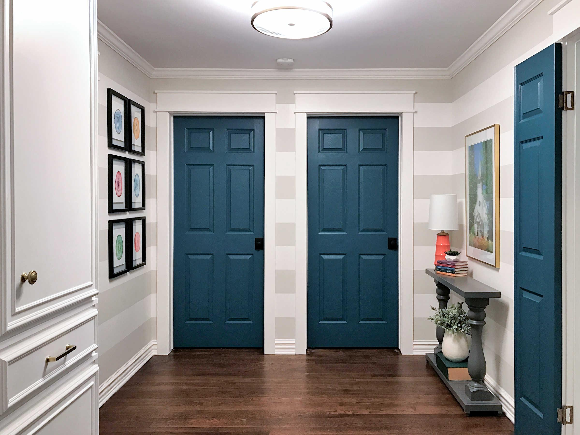 rénovation de couloir avec murs rayés, portes bleu sarcelle et armoire personnalisée