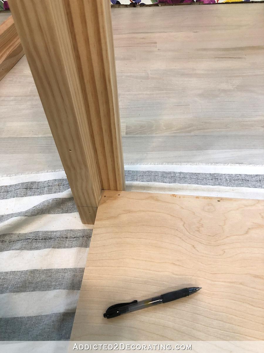 comment construire une grande table craft - 10 - attachez les pieds avec des clous