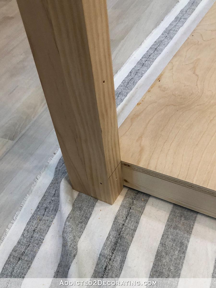 comment construire une grande table craft - 11 - attachez les pieds à la tablette du bas avec des clous