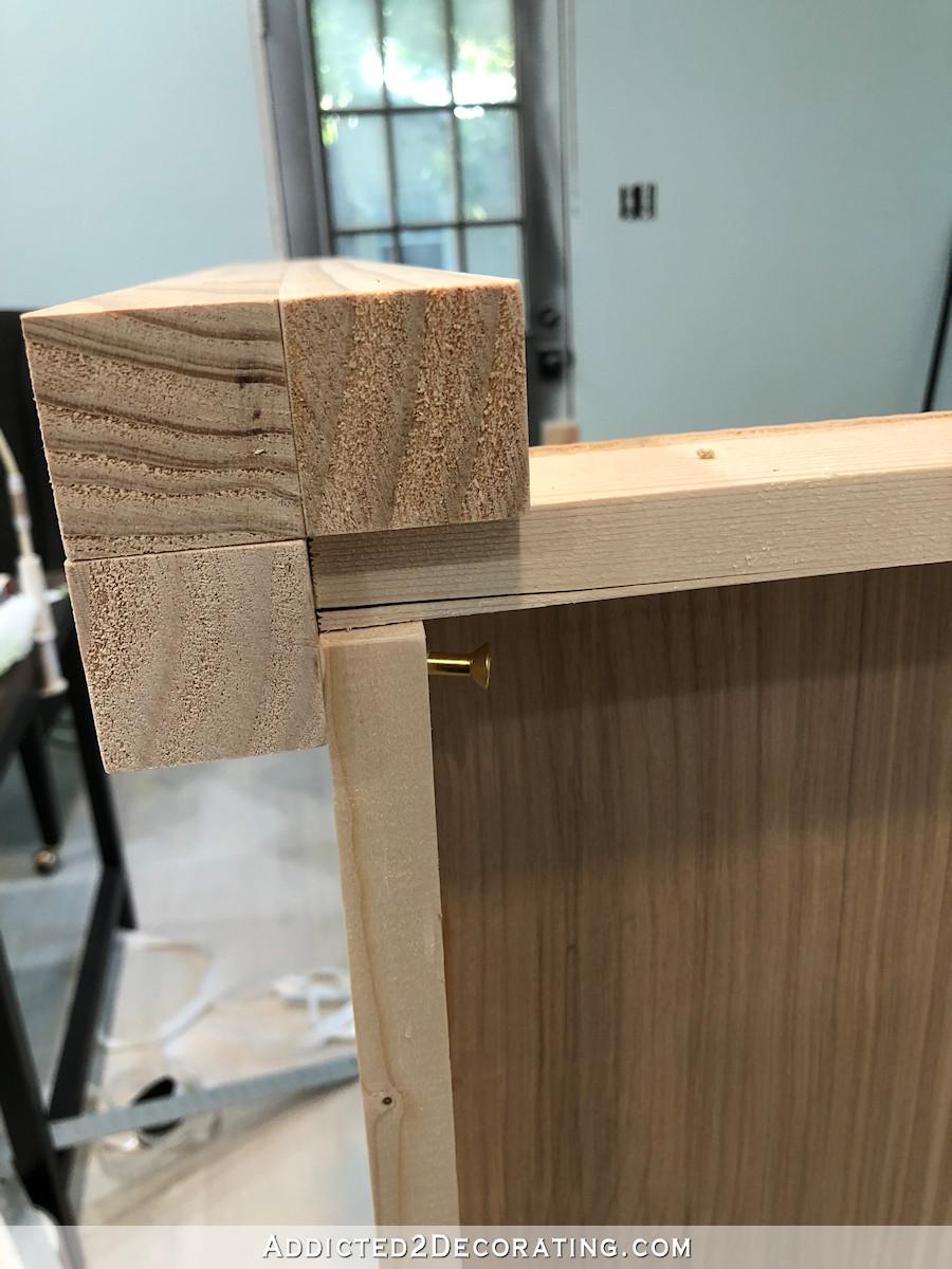 comment construire une grande table craft - 13 - vissez les pieds à l'étagère du bas