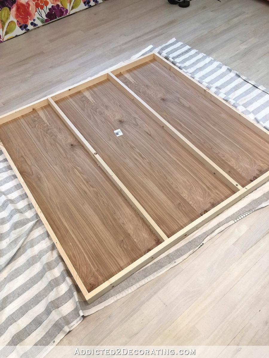 comment construire une grande table craft - 7 - Ajoutez des renforts centraux à l'étagère du bas