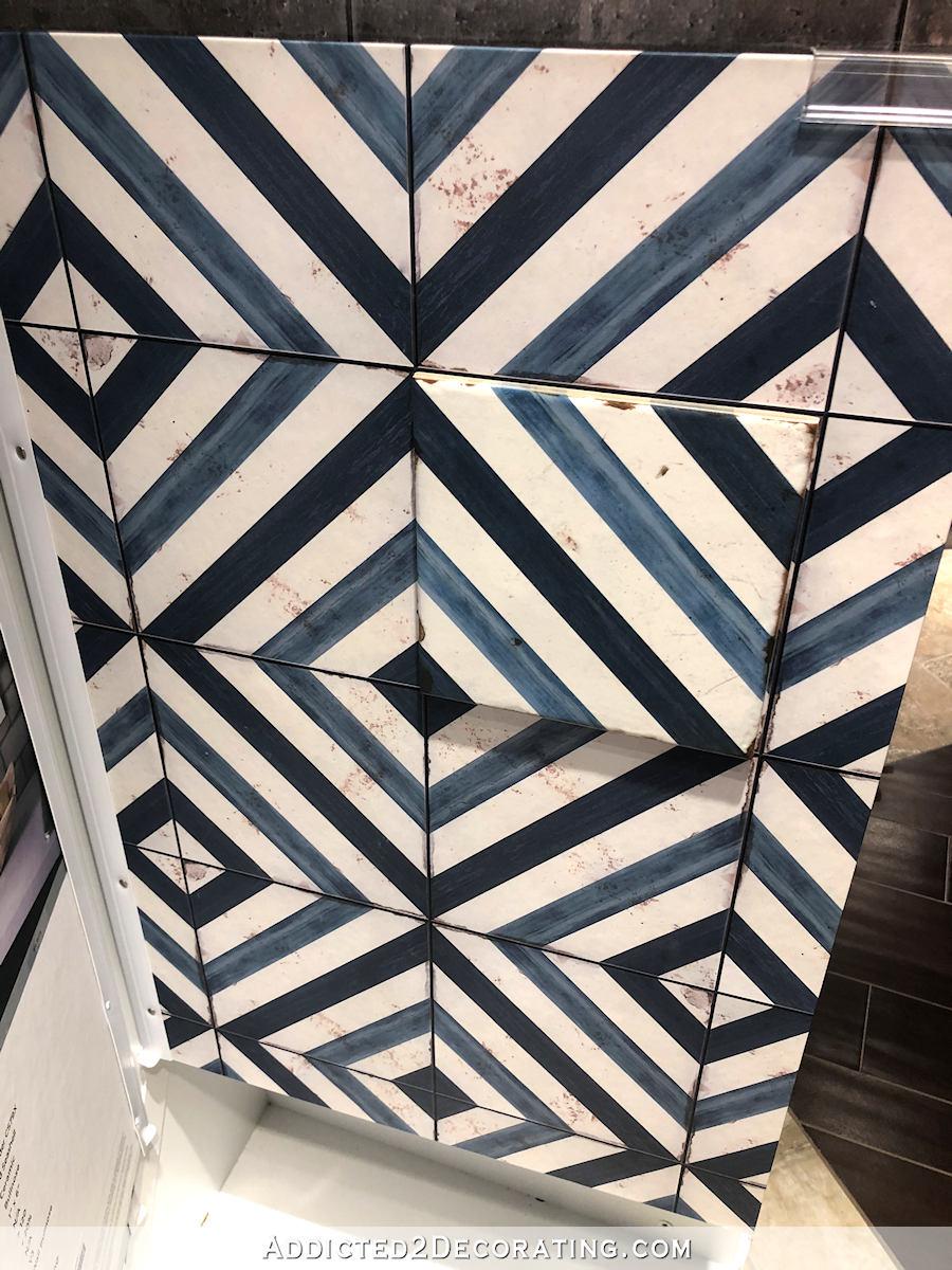options de carrelage de salle de bains principale - 4 - grand dessin bleu et rayures blanches