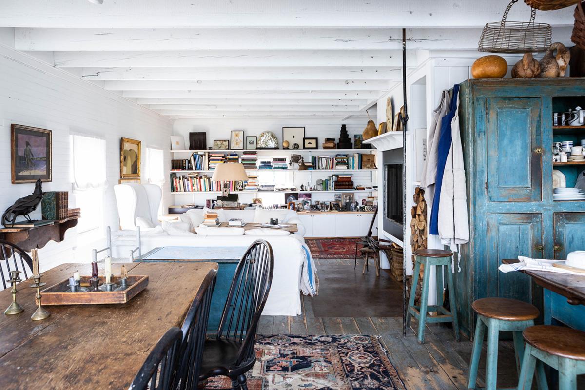 une maison de l'île historique maine avec des antiquités sélectionnées et un style usé par le temps