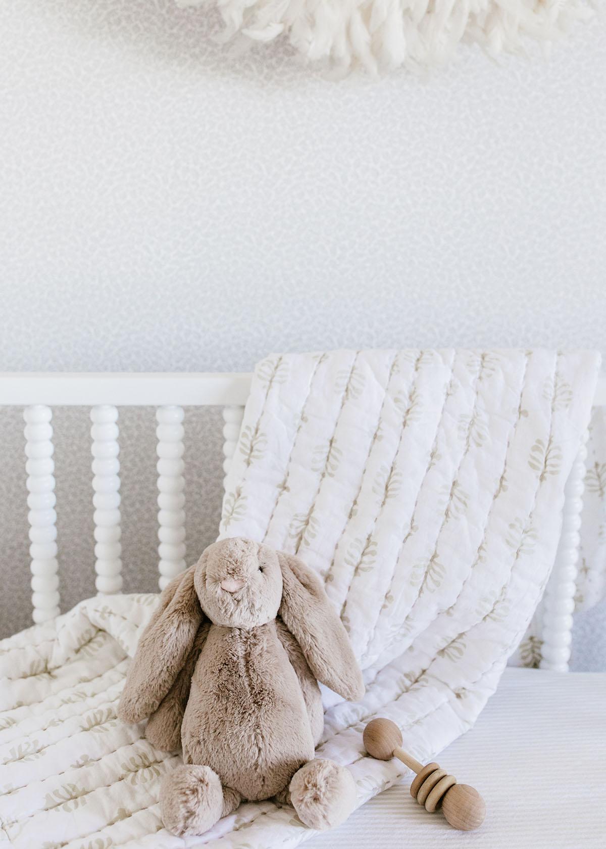un berceau doux et neutre pour bebe avec une courtepointe serena & lily | Coco Kelley